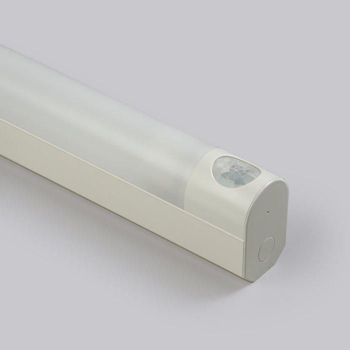 Ensto Jonovalaisin PIR-tunnistimella AVR 66.0184HP pistorasialla (764mm